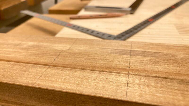 木材の表面に墨線を引く