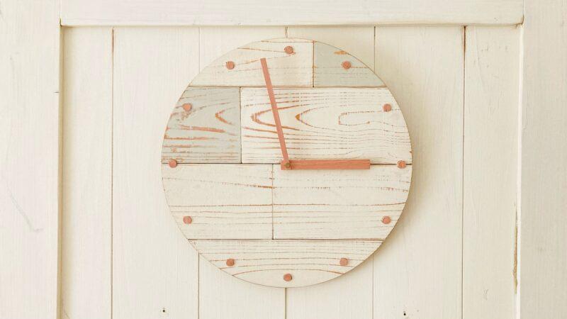 木製の壁掛け時計