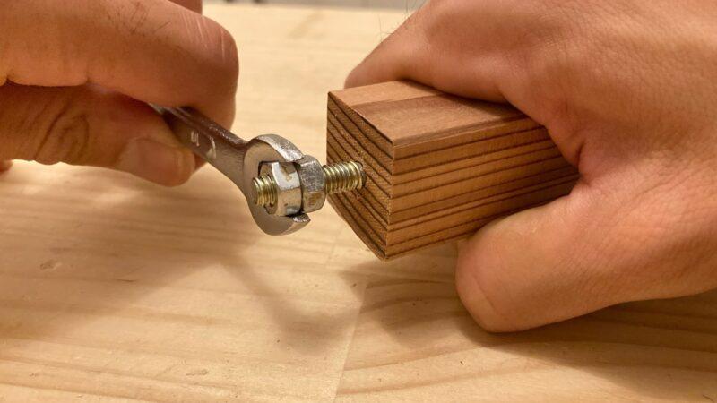 ダブルナットで木材にねじ込む