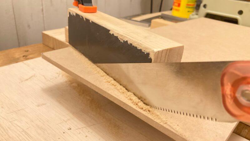 マグネット付き治具とノコギリを使って板をカット