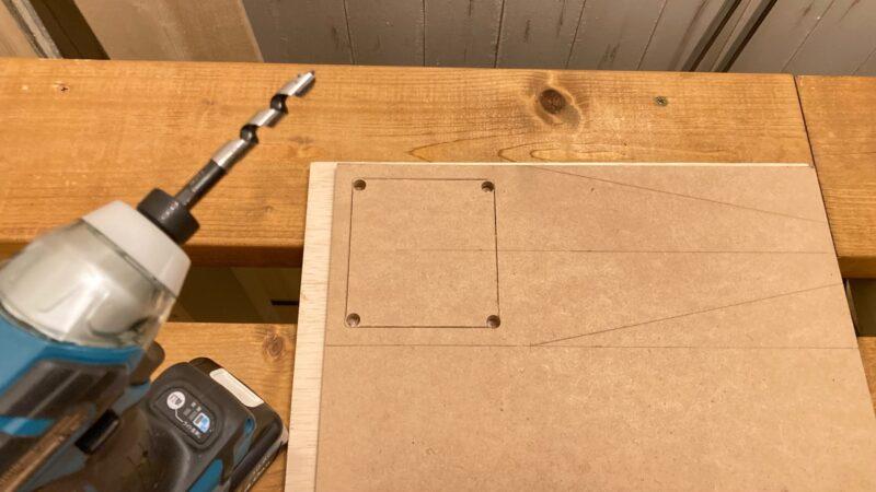 MDF材にドリルで穴を開ける